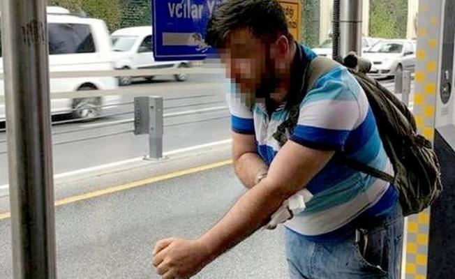 Metrobüs durağında tinerci dehşeti