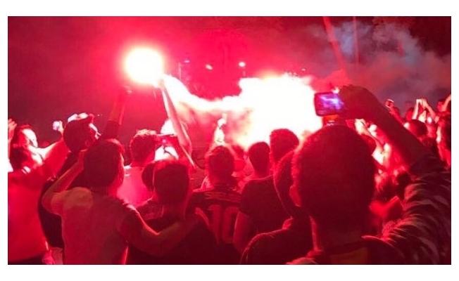 Galatasaraylı taraftarlar Florya'da Sneijder'la yolların ayrılmasını protesto ettiler
