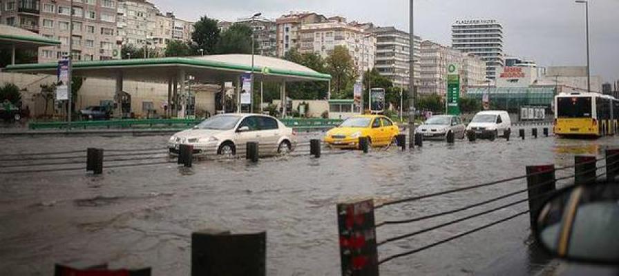 İstanbul'da sağanak tüm trafiği etkiledi