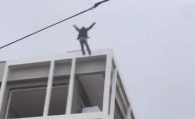 Bunalıma girip kendini 6. kattan boşluğa bırakan adamı, itfaiye brandası kurtardı