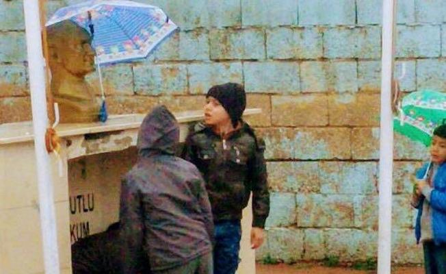 Atatürk büstü ıslanmasın diye şemsiye tuttular