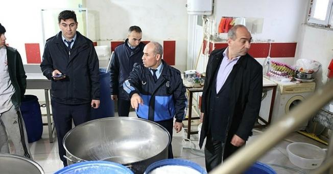 Esenyurt'ta zabıta, Suriyelilere ait ruhsatsız marketi mühürlendi
