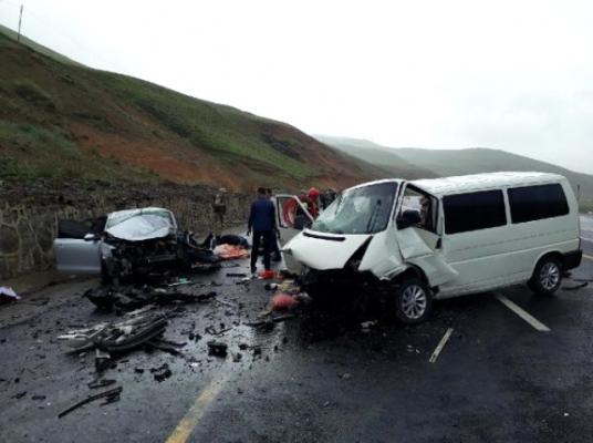 Son Dakika! Erzurum'da İki Araç Kafa Kafaya Çarpıştı