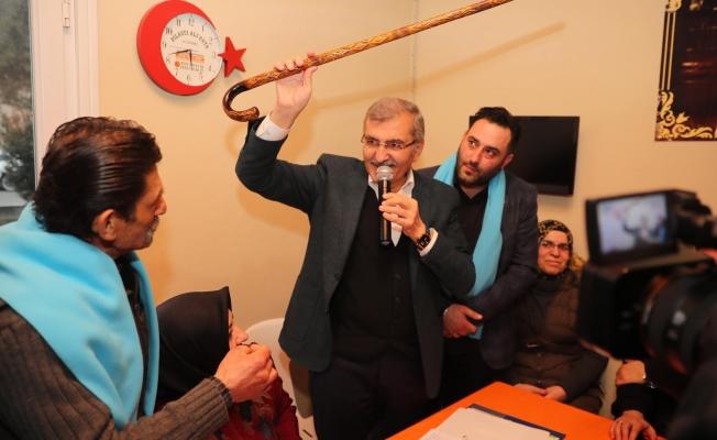 Başkan adayı Aydın, Dereseki'de eline bastonu aldı ve festival sözü verdi
