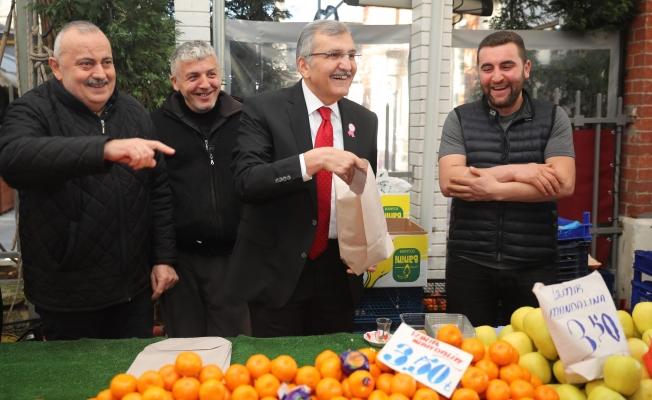 Başkan adayı Aydın pazarda tezgahın arkasına geçerek mandalina sattı