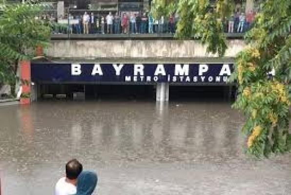Sağanak Yağmur İstanbul'u  Felç Etti