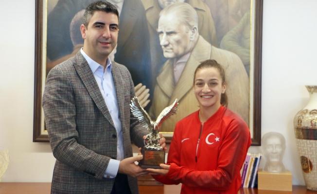 Şampiyon Boksör Buse Naz Çakıroğlu, Rusya'dan Gümüş Madalya ile Döndü