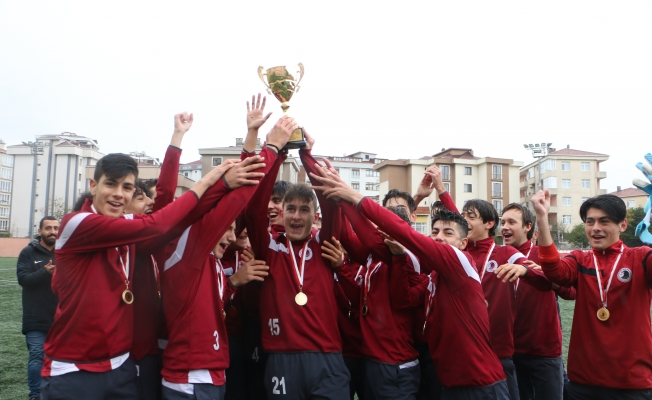 Genç Kartalsporlular Şampiyonluk Kupasını, Kartal Belediyesi Yöneticilerinden Aldı