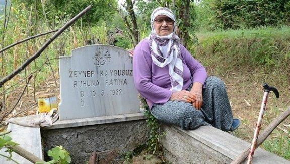 20 yıldır her hafta kendi mezarını temizliyor