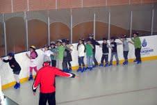 Fatihli çocuklar buz pateni öğreniyor