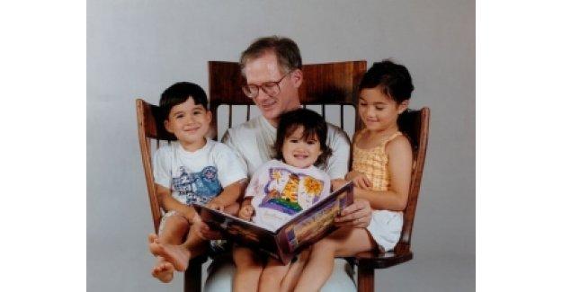 3 çocuğuna kitap okuyabilmek için sandalye tasarladı