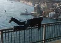 Zarfı bırakıp, köprüden atladı