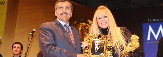 Zerrin Özer'in Ödülü Başkan Aydın'dan