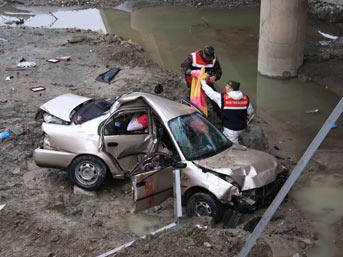 Otomobil ırmağa yuvarlandı: 5 ölü