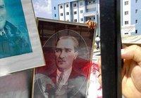 Atatürk fotoğraflarını çöpe atmışlar !