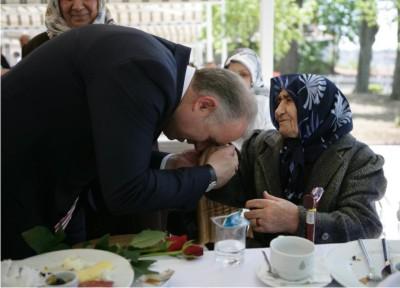BABUŞCU'DAN ANNELERE HÜRMET