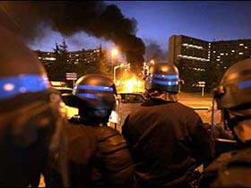 Göstericiler otobüs durağını yaktı