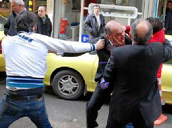 Gençler gaziyi sokak ortasında dövdü