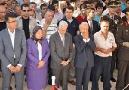 AK Parti'li kadın vekil cenazede saf tuttu