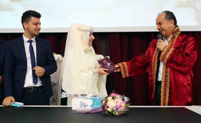 Bağcılar'da 5 dakikada bir kıyılan nikahla 47 çift dünya evine girdi
