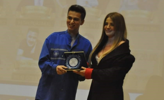 23 Yaşındaki Genç Gazeteci Ödül Dağıtıyor!