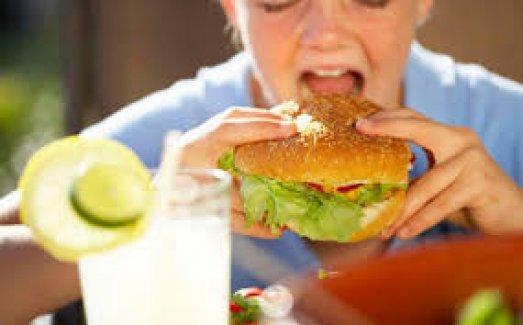 Anneler Amerikan tarzı beslenirse obeziteyi gelecek nesillere aktarıyor