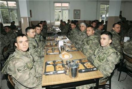 Askere bozuk gıda yedirmişler