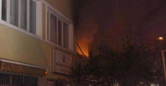 Bakırköy'de yangın paniği: Mahsur kalanlar son anda kurtarıldı