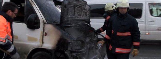 Cevizlibağ'da bir minibüs alev alev yandı