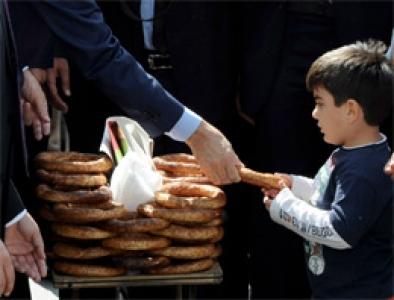 Erdoğan cemaate simit dağıttı