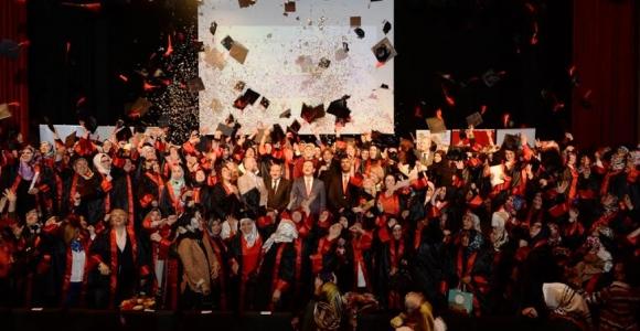Ev Hanımları İstanbul Üniversitesi'nde Kep Fırlattılar