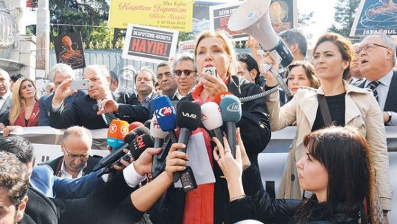 Gazeteciler baskıları protesto etti
