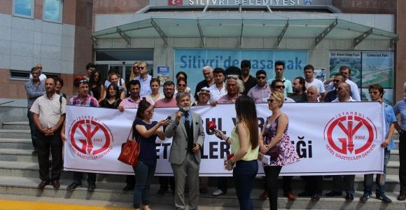 Gazeteciler Belediye'ye siyah çelenk bıraktı