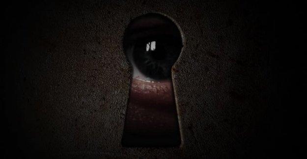 Genç kızı kapı deliğinden gözetledi!