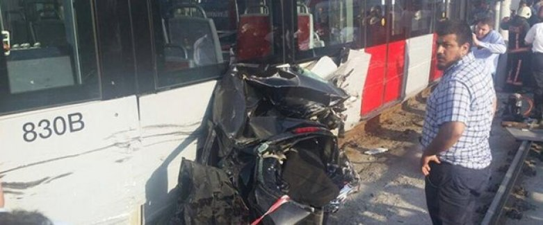 Güngören'de tramvay otomobille çarpıştı