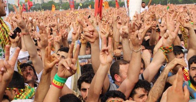 HDP Mitinginde Türk bayrakları dalgalandı