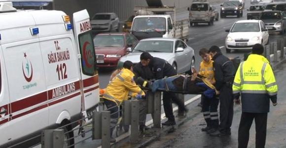 -İki metrobüs çarpıştı: 3 yaralı