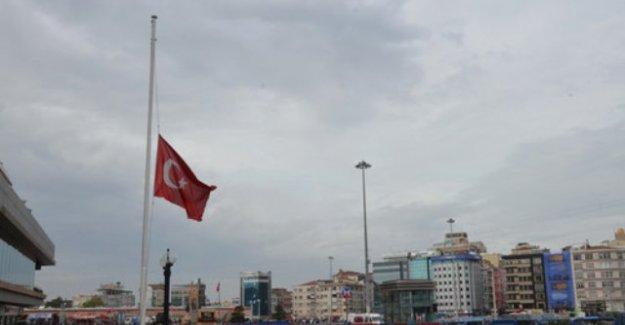İstanbul'da Bayraklar Yarıya İndirildi