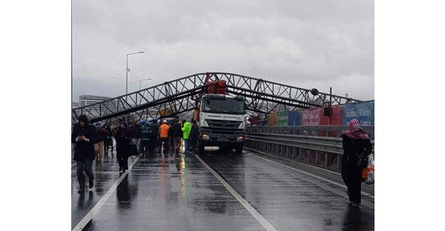 İstanbul'da şiddetli fırtına! Vinç devrildi yol trafiğe kapatıldı