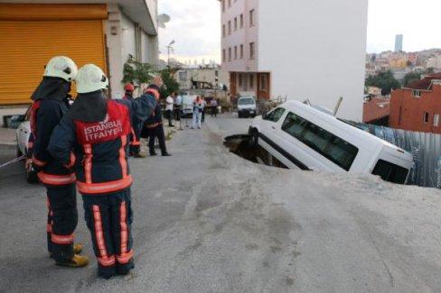 Kağıthane'de Yol Çöktü, Servis Minibüsü İçine Düştü