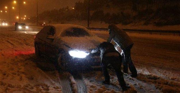 Kar Yağışı İstanbul' da Hayatı Durdurdu