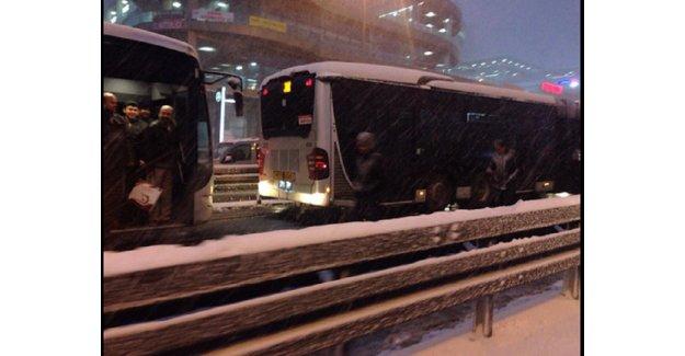 Küçükçekmece'de metrobüs kazası