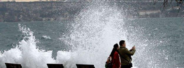 Lodos İstanbul'da deniz ulaşımını vurdu