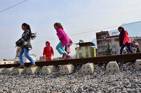 Mahalleden mahalleye tren yolu üzerinden geçiyorlar