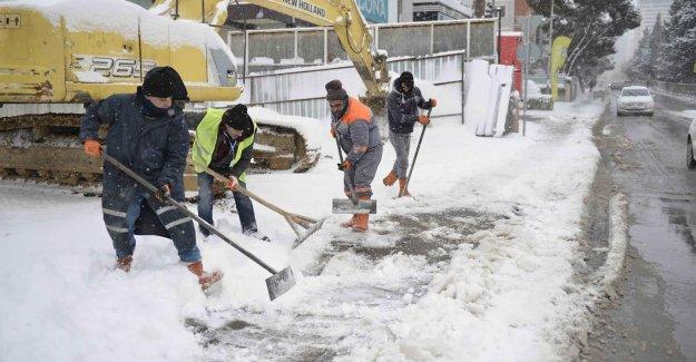 Maltepe'de kara kışla mücadele sürüyor