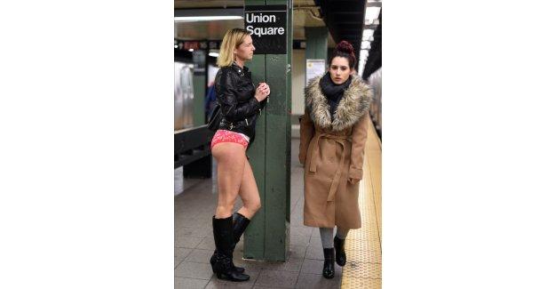 Metroya yarı çıplak bindiler