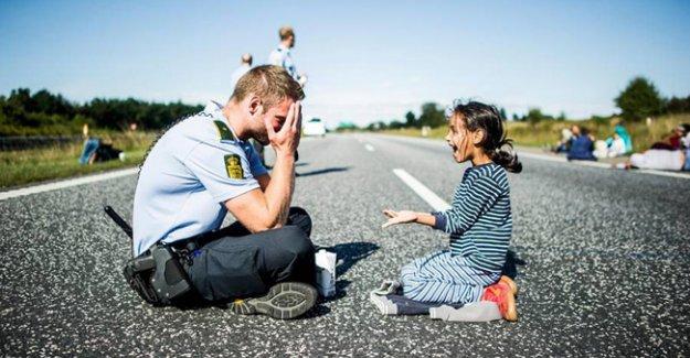 Polisin küçük mülteci kızla oyunu yürekleri ısıttı
