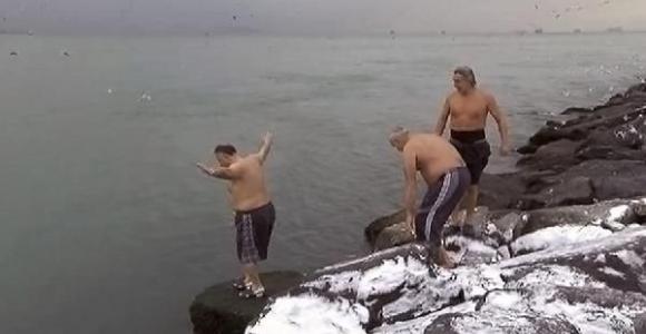Sarayburnu'nda -4 derecede denize girdiler