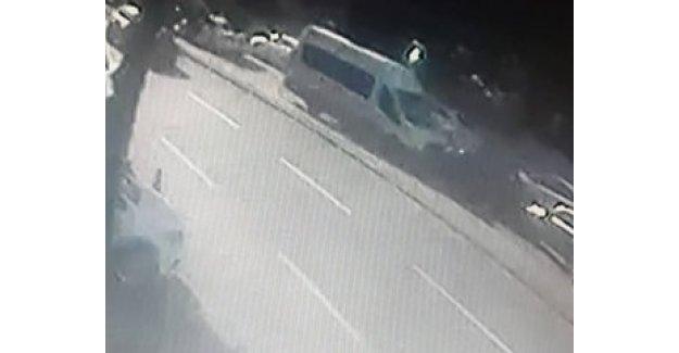 Şoförünün uyuduğu öğrenci servisi kaza yaptı