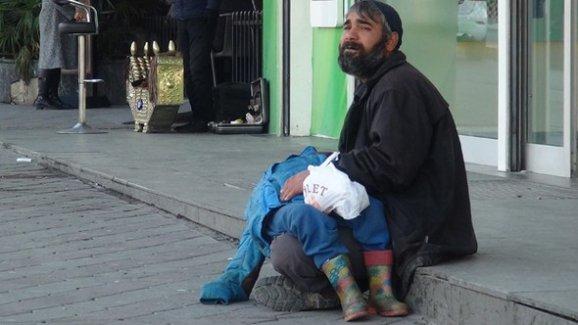 Taksim'de korkunç olay! Oğlunu bayıltarak dilendirdi